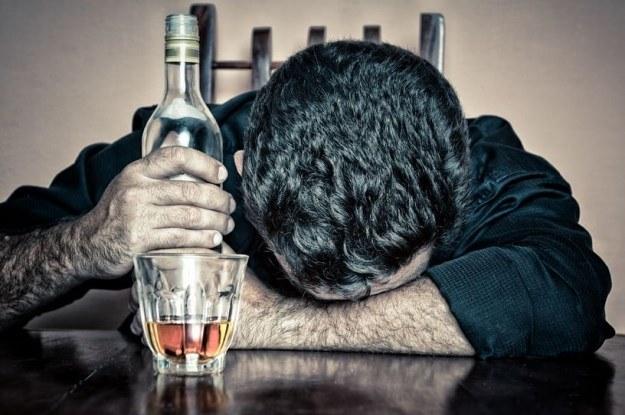 Nawet niewielka ilość alkoholu może uszkadzać DNA /©123RF/PICSEL