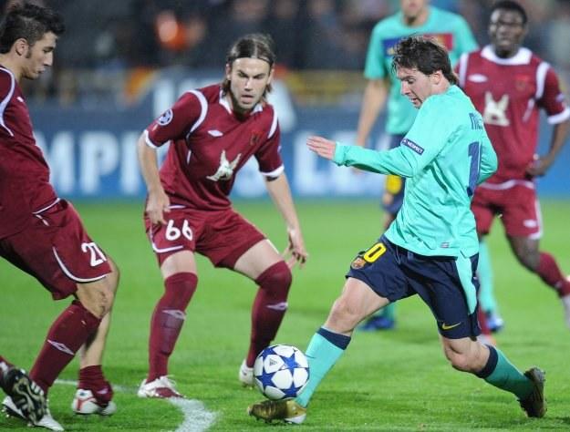 Nawet ozdrowienie Lionela Messiego (przy piłce) nie pomogło Barcelonie w Kazaniu /AFP