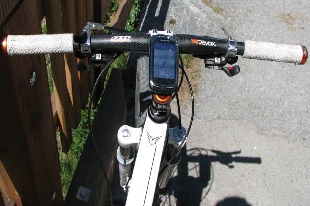 Nawigacja Garmin Egde zamontowana już na rowerze - ekran sprawdza się dobrze nawet w Słońcu /INTERIA.PL
