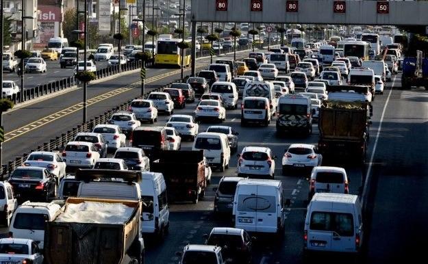 """Nawigacja GPS, smartfony oraz samochody """"komunikujące"""" się z m.in. urządzeniami, które pobierają opłaty oraz kontrolują ruch - to dobry sposób na to, aby zmniejszyć korki /AFP"""