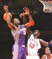 Nazr Mohammed i Amare Stoudemire walczą pod koszem. Knicks-Suns 118:133 /AFP