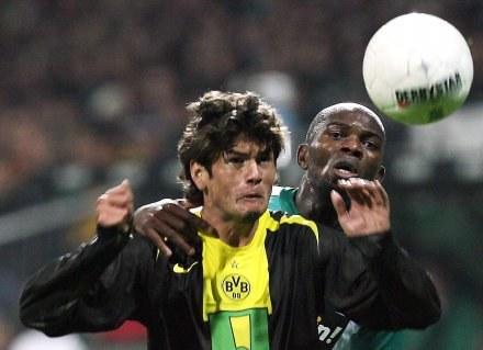 Nelson Valdez (na pierwszym planie) zaliczył asystę i był faulowany w polu karnym Werderu /AFP