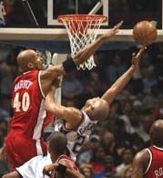 Nets - Hawks 105:94. Richard Jefferson faulowany przez Antonio Harveya