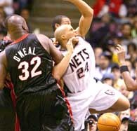 Nets - Heat 77:100. Shaq fauluje Richarda Jeffersona /AFP