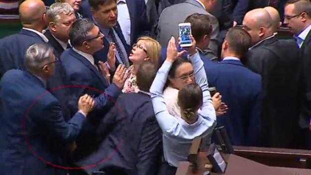 News RMF: Poseł PO popchnął parlamentarzystę PiS. Śledczy zlecili biegłym wydanie opinii
