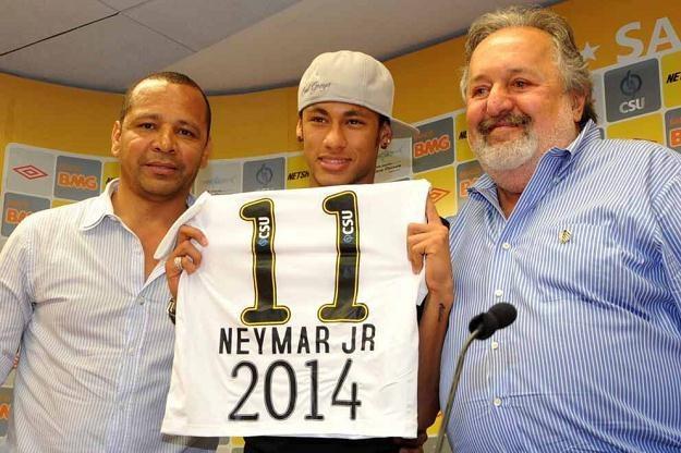Neymar (w środku) z symboliczną koszulką /PAP/EPA