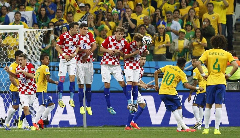 Neymar wykonuje rzut wolny /TOLGA BOZOGLU /PAP/EPA
