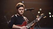 Niall Horan przytula swoją gitarę