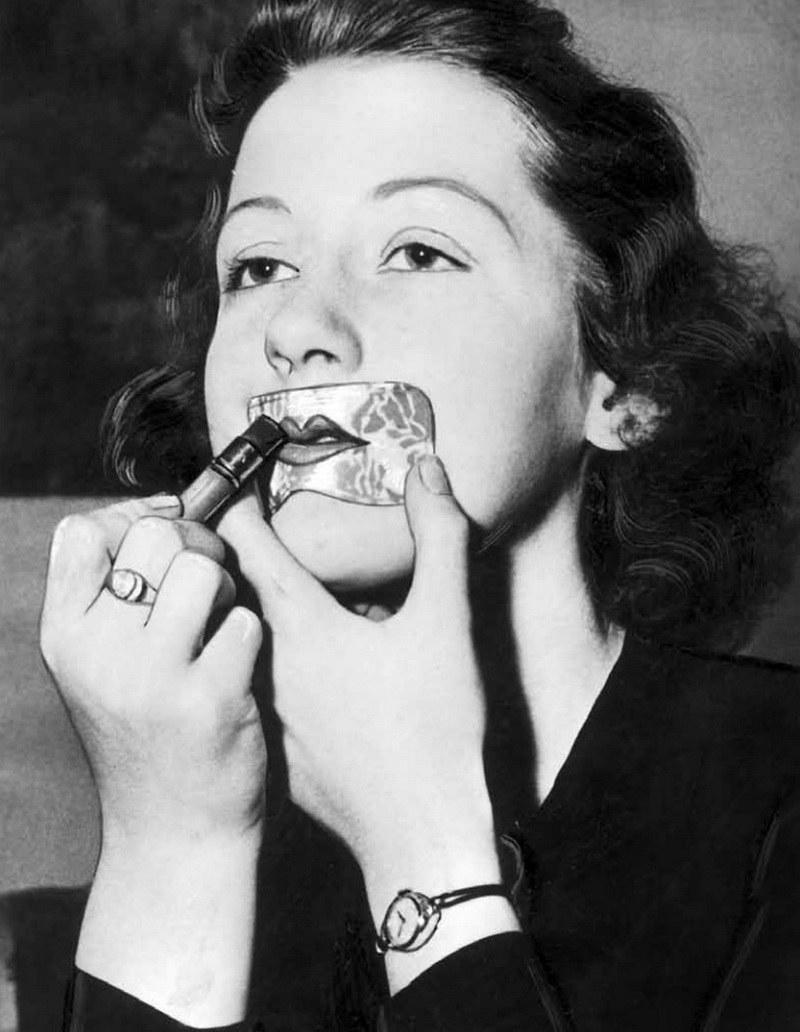 """Nic tak nie rujnuje makijażu jak źle pomalowane usta. W latach trzydziestych niewprawną rękę można było wspomóc specjalnym szablonem. Zdjęcie i podpis pochodzą z Aleksandry Zaprutko-Janickiej pod tytułem """"Piękno bez konserwantów"""" /Ciekawostki Historyczne"""