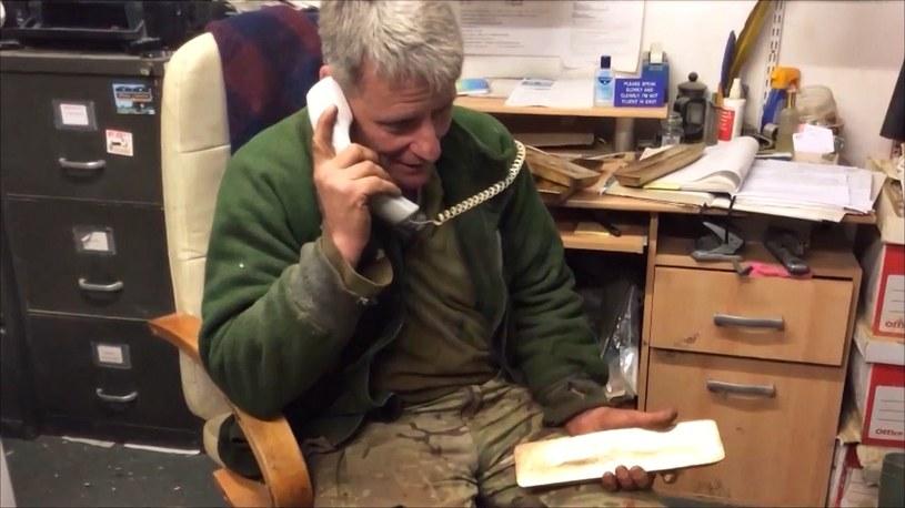 Nick dzwoniący na policję w sprawie znalezionych sztabek złota /YouTube