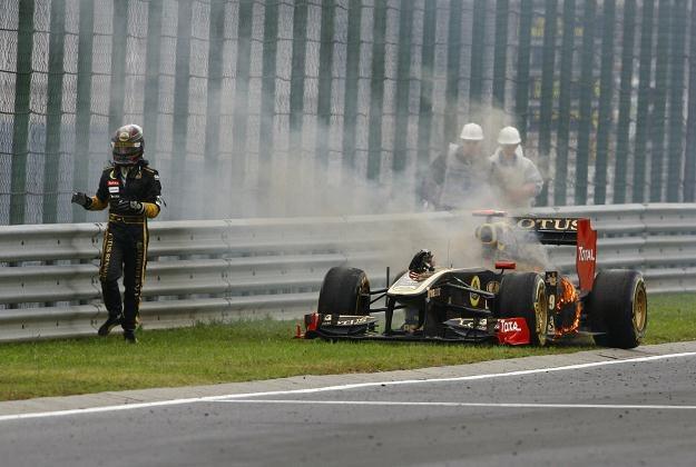 Nick Heidfeld i jego płonący bolid podczas Grand Prix Węgier. /AFP