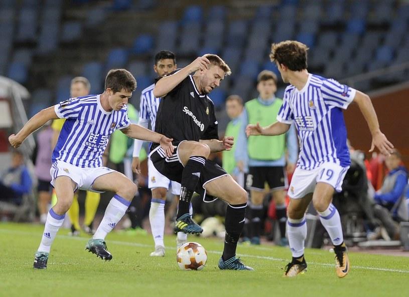 Nicklas Bendtner (w środku) w meczu z Realem Sociedad w Lidze Europejskiej /AFP