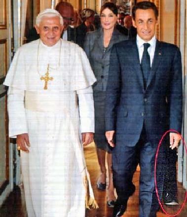 Nicolas Sarkozy obdarowany dodatkową częścią ciała/fot. www.corriere.it /