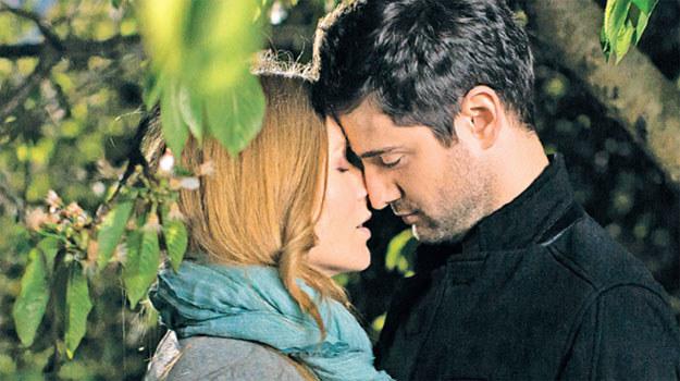 Nie będzie się opierała, kiedy Adam ją obejmie i zacznie całować /Świat Seriali