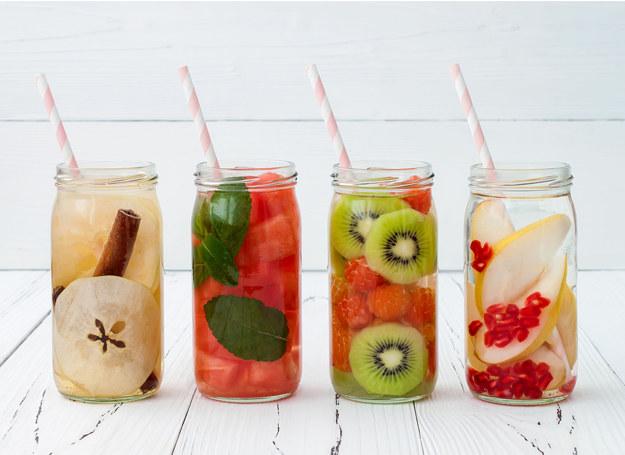 Nie chcesz pić samej wody? Pij wodę z owocami! /©123RF/PICSEL