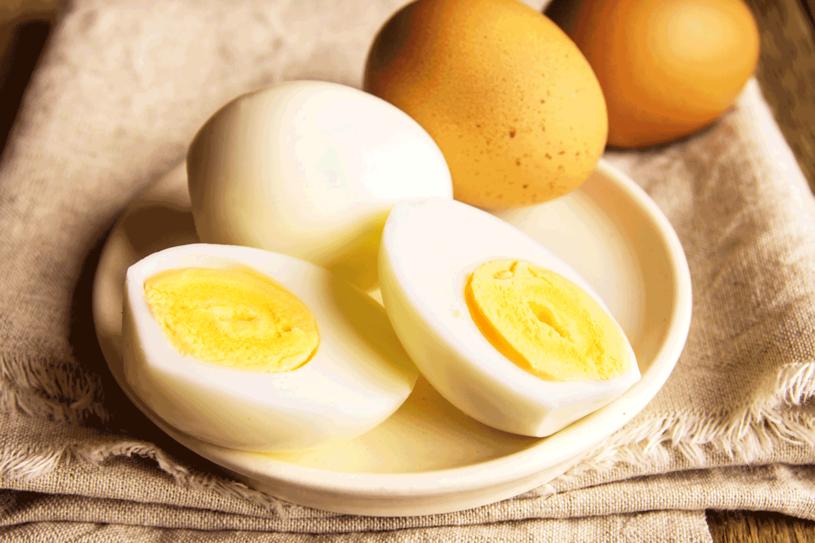 Nie gotuj jajek zbyt długo /123RF/PICSEL