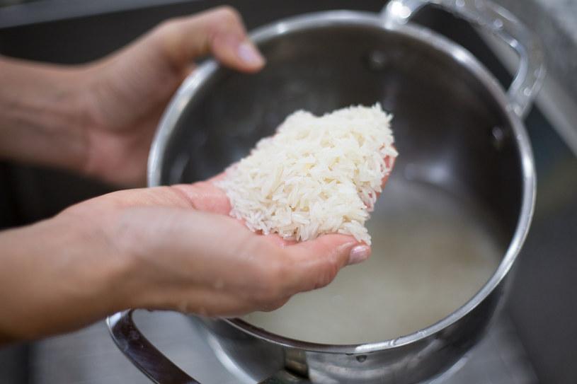 Nie gotuj ryżu w plastikowym woreczku /123RF/PICSEL