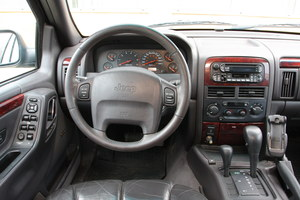 """Nie jest może szczytem finezji, ale jak na amerykańskie auto, została w miarę dobrze wykonana: deska rozdzielcza Grand Cherokee (na zdjęciu odmiana Limited). Wszystkie auta mają """"automat"""". /Motor"""