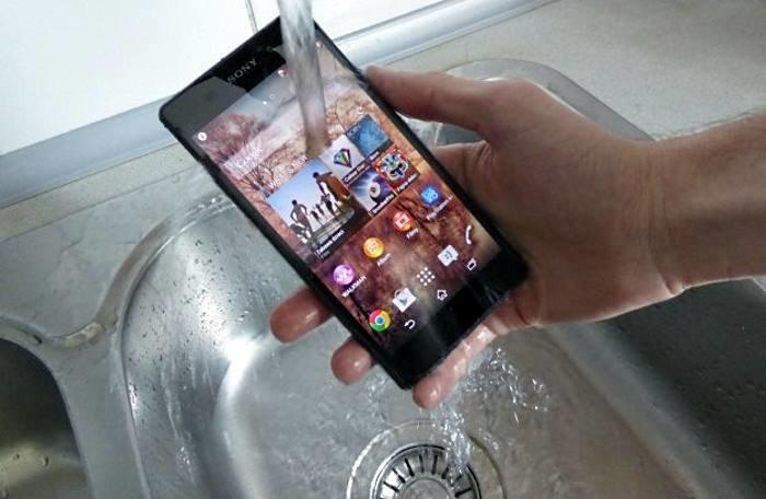 Nie każdy telefon jest odporny na wodę /INTERIA.PL
