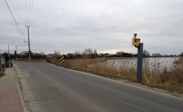 Nie ma zgody na usunięcie absurdalnych ograniczeń prędkości z bocznej drogi na Wilanowie
