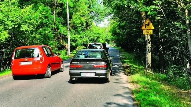 Nie można wyprzedzać pojazdów silnikowych na oznaczonych zakrętach. /Motor