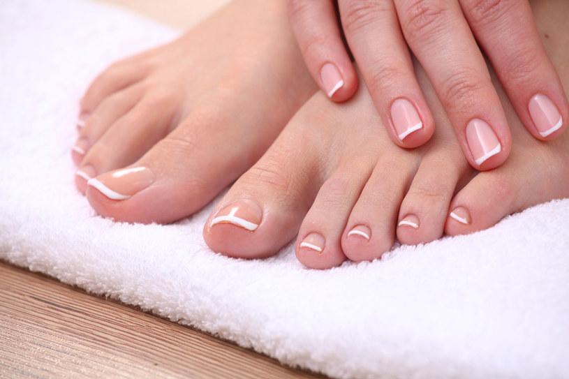 Nie musisz chodzić do kosmetyczki, żeby mieć piękne stopy /123RF/PICSEL