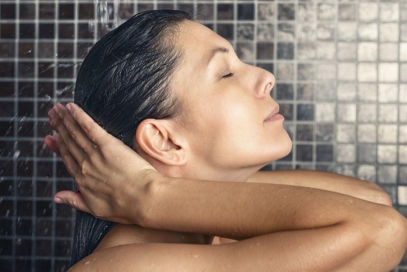 Nie myj włosów w zbyt ciepłej wodzie /©123RF/PICSEL