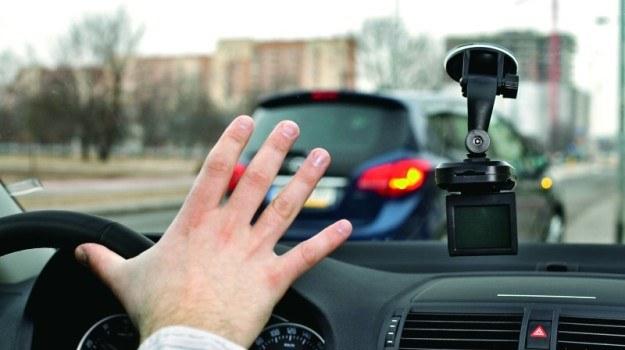 Nie powinno się zakładać, że agresywne zachowanie innych kierowców jest umyślne, czasem to tylko efekt roztargnienia bądź nieznajomości przepisów ruchu drogowego. /Motor