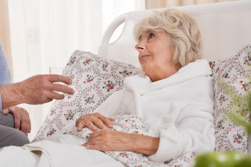 Nie trzeba się obawiać, że bycie opiekunką seniora to przede wszystkim praca fizyczna. /123/RF PICSEL