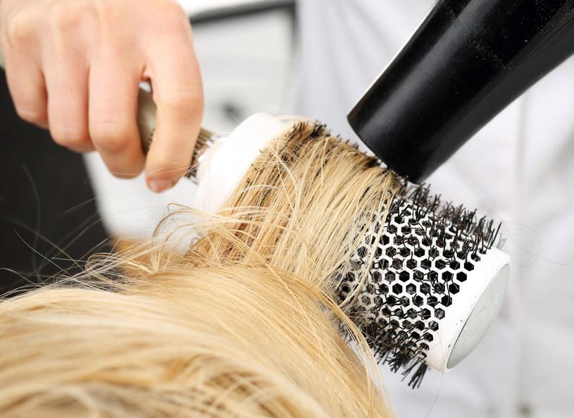 Nie trzeba wysiłku, żeby wyczarować efektowną fryzurę /123RF/PICSEL
