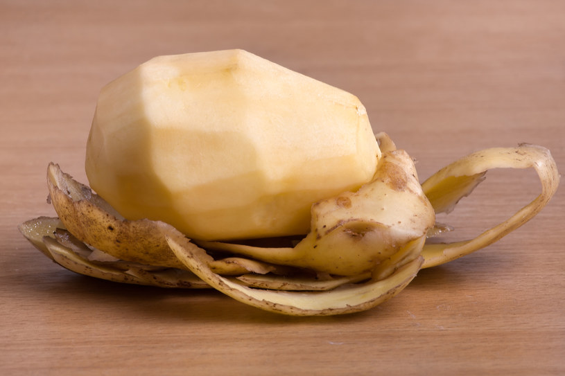 Nie wyrzucaj obierków z ziemniaków. Pij z nich wywar /©123RF/PICSEL