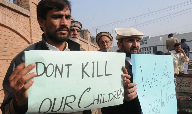 """""""Nie zabijajcie naszych dzieci"""". Pakistan opłakuje ofiary zamachu. /PAP/EPA"""