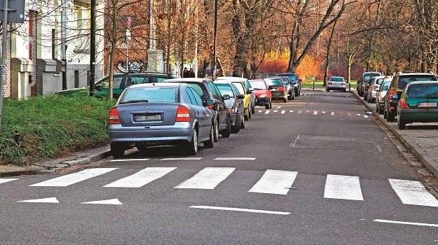 Nie zawsze można parkować auto przy lewej krawędzi jezdni. Bywa to przedmiotem sporu z policją. /Motor