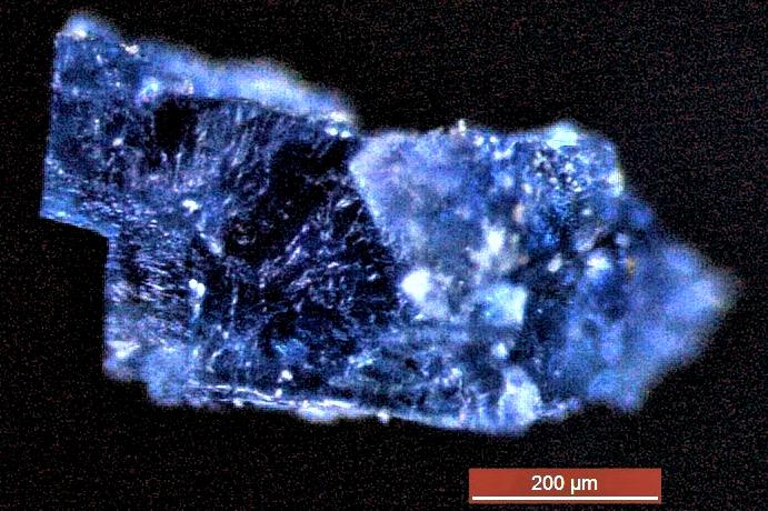 Niebieski kryształek wyizolowany z meteorytu, który spadł w Maroku /materiały prasowe