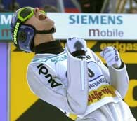 Niebywał radość Svena Hannawalda po rekordowym skoku na odległość 139 metrów