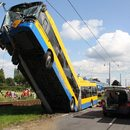 Niecodzienny wypadek. Trolejbus zawisł na słupie