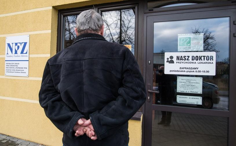 """Nieczynna przychodnia lekarska """"Nasz Doktor"""" w Piotrkowie Trybunalskim /Grzegorz Michałowsk /PAP"""