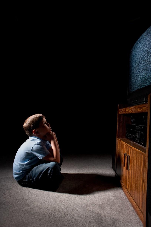 Niekiedy dziecko przed telewizorem całkowicie się wyłącza, siedząc jak zaczarowane /123RF/PICSEL