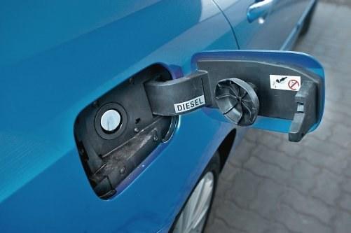 Niektóre modele (np. Renault Megane i Laguna, Ford Mondeo i inne) nie mają osobnego korka paliwa. Wlew zamykany jest tylko przez klapkę. /Motor