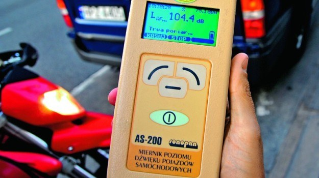 Niektóre radiowozy wyposażone są w sprzęt do pomiaru głośności wydechu. /Motor