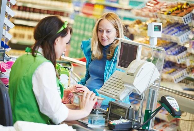 Niektóre sieci handlowe w Wielkiej Brytanii zaoferowały swoim pracownikom podwyżki. Stawki sięgają teraz 8-9 funtów za godzinę pracy, czyli ok. 45-51 zł /123RF/PICSEL