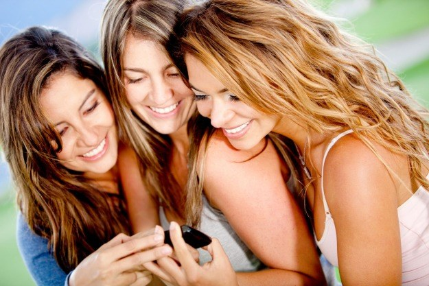 Nielimitowane rozmowy i SMSy do wszystkich sieci w ofercie Play na kartę już za 25 zł /©123RF/PICSEL
