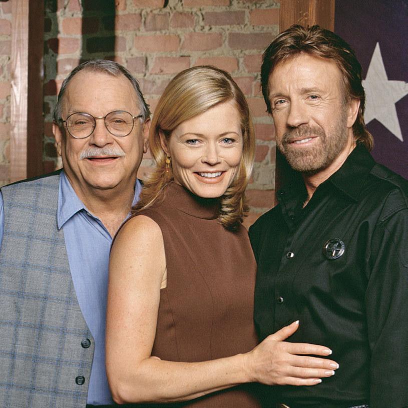 Niemal każdy odcinek wczesnych sezonów serialu kończył się w barze C.D. Parkera (Noble Willingham). Walker (Chuck Norris) i jego ukochana (Sheree J. Wilson) opowiadali przyjacielowi o kolejnych rozwiązanych sprawach /Świat Seriali