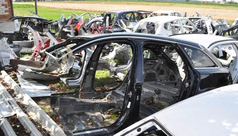 Niemal wszystkie samochody zostały już rozebrane /Policja
