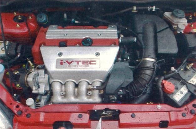 Niemalże wyczynowy silnik znakomicie sprawuje się w Civicu. Harmonijnie rozwijana moc pozwala sprawnie przyspieszyć bez buksowania kołami. /Motor