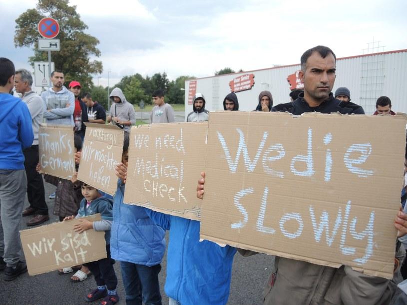 """Niemcy, Saksonia: Uchodźcy protestują przeciw złym warunkom, w jakich ich zakwaterowano. """"Umieramy powoli"""" - głoszą transparenty /EPA/NILS BASTEK /PAP/EPA"""