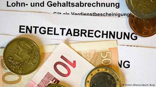 Niemcy zarabiają coraz więcej, ale co czwarty pracownik ma w portfelu miesięcznie mniej niż 1600 euro /Deutsche Welle