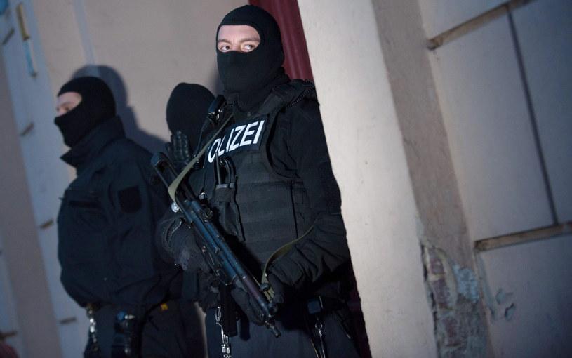 Niemieccy policjanci przeszukali 13 mieszkań w Berlinie /PAP/EPA