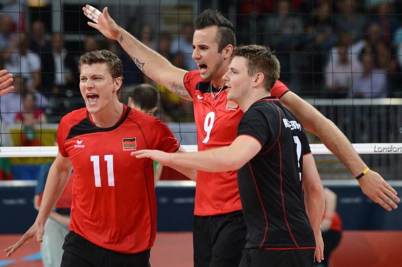 Niemieccy siatkarze (od prawej): Markus Steuerwald, Gyorgy Grozer i Lukas Kampa /AFP