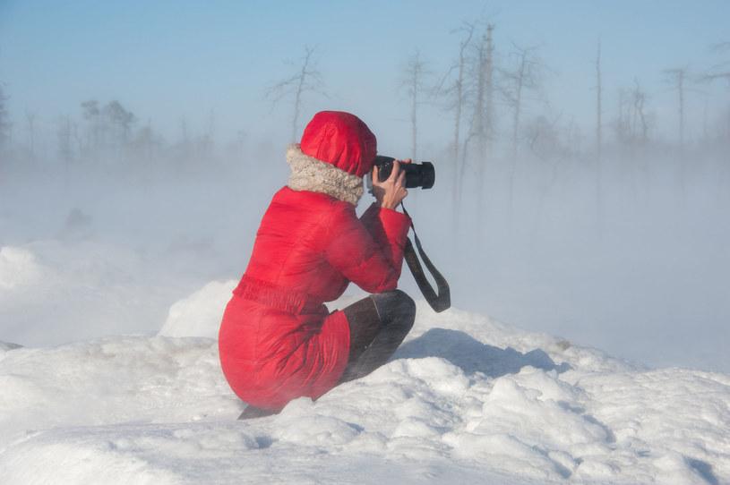 Niepewna pogoda, mróz i śnieg mogą sprawić wiele problemów nawet profesjonalnemu fotografowi /123RF/PICSEL